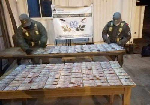 Ocultaba en su camión más de 152 mil pesos bolivianos